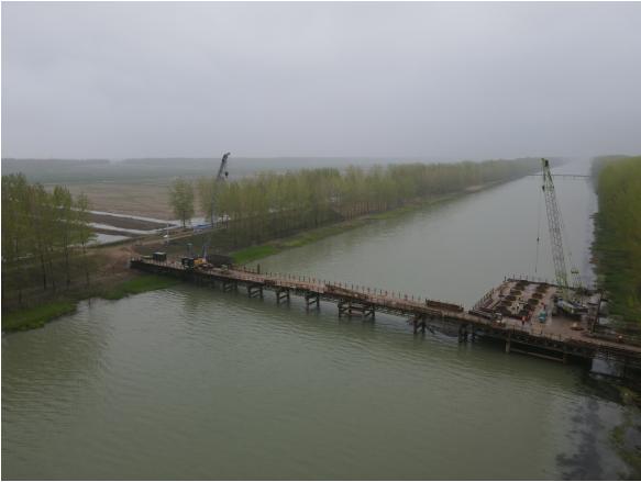 宿连高速项目淮沭新河特大桥西偏泓主栈桥顺利贯通
