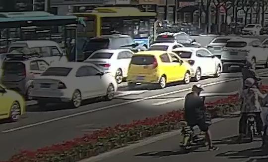 【得味视频】危险!男子驾车突然晕厥 交警砸窗救人
