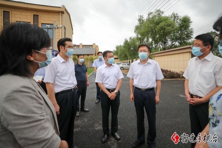 陈忠伟在泗阳县督导疫情防控工作时强调 外防输入 内防疏漏 坚决守护好人民群众生命安全和身体健康