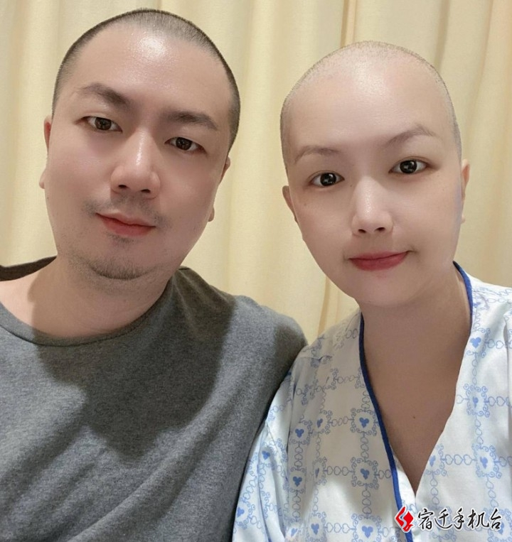 丈夫陪患癌妻子一起剃光头:想让她知道她不是一个人在战斗