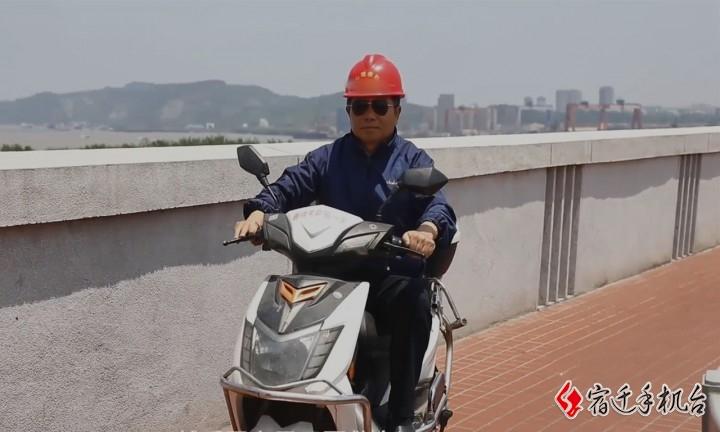 大叔坚守长江大桥18年自费救人 轻生女孩被救8年后考上公务员